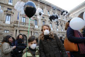 Flash mob dei Genitori Antismog davanti a Palazzo Marino nel 2011