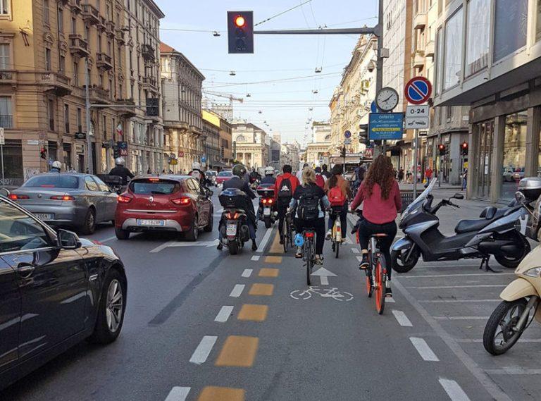 A sinistra le auto, a destra le biciclette. Chi occupa più spazio e crea ingorghi?