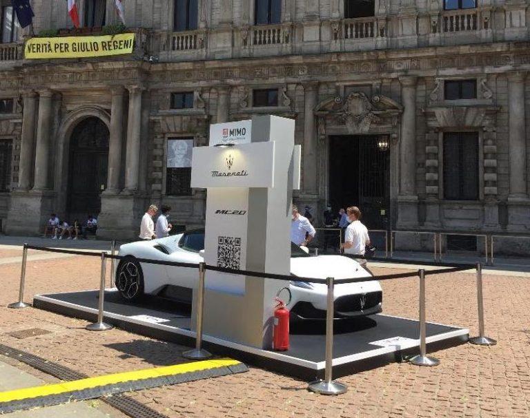 Una foto simobolo: uno stand davanti a Palazzo Marino
