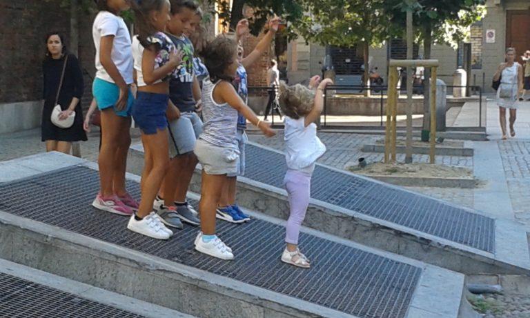 Le griglie di aerazione della metro diventano per i bambini un'occasione di gioco